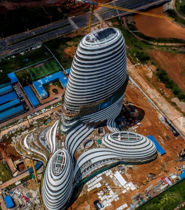 Необычной формы сооружение в процессе строительства.